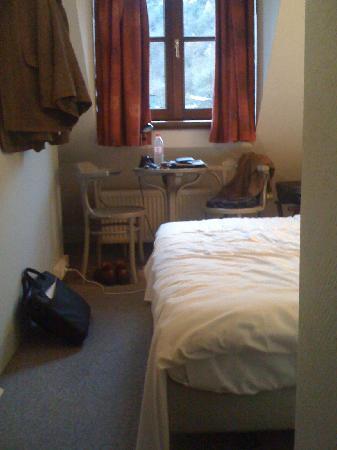 La porte de France: tiny room
