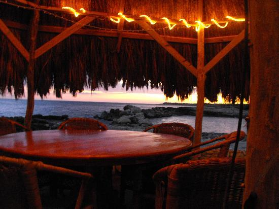Coral Cove Resort: dusk at the tiki bar