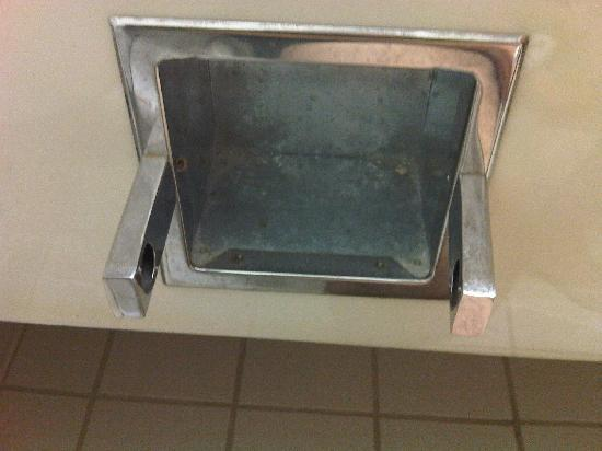 La Quinta Inn & Suites Fairborn Wright-Patterson: nasty TP dispenser