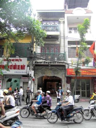 Hanoi City Palace Hotel: Hotel seen from the street (our room was the one with the big balcony)
