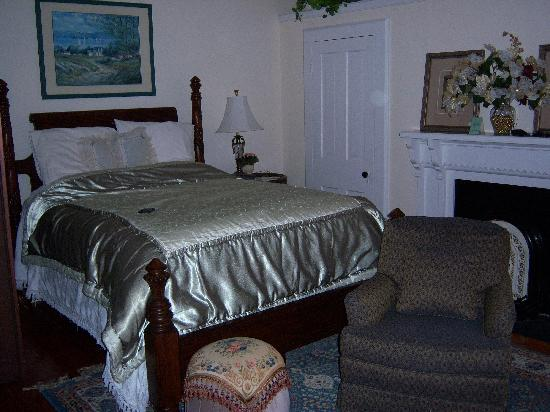 Hardy's Bed and Breakfast Suites: Main bedroom of Floraville East