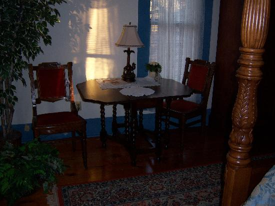 Hardy's Bed and Breakfast Suites: Dining area of Floraville West suite