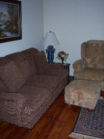Hardy's Bed and Breakfast Suites: Sitting Room of Floraville West