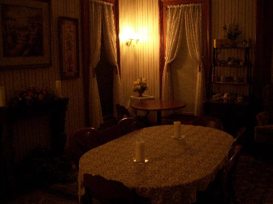 Hardy's Bed and Breakfast Suites: Main dining room of Floraville house