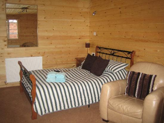 Henwick House Bed & Breakfast: Chalet Room again