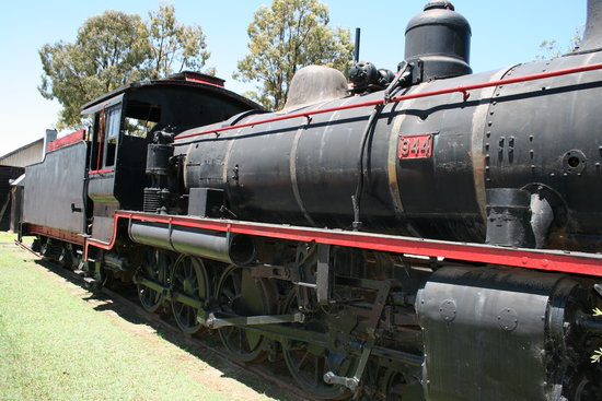 Miles, Australien: The kids love climbing over the old steam locomotive.