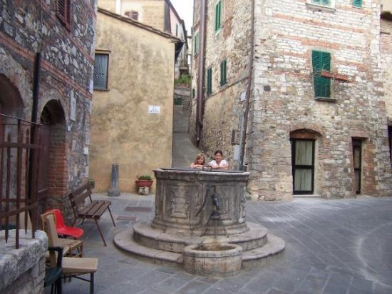 San Casciano dei Bagni, Italy: One of several wells in the village of San Casciano (Ali and Megan)