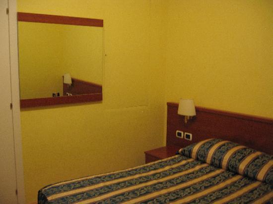 La casa dell'arte : bed and mirror.
