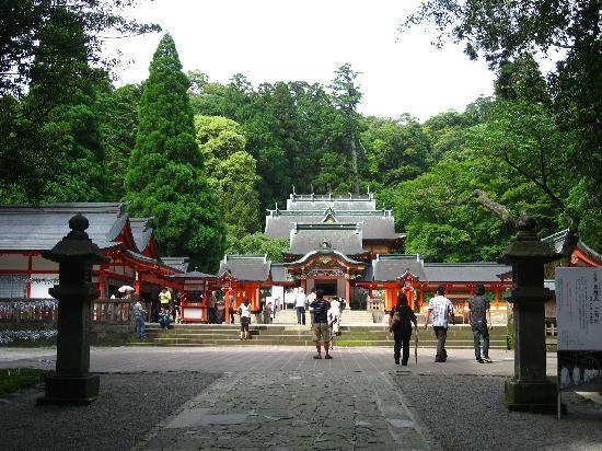 Kirishima, Japan: 豪壮かつ色彩鮮やかな本殿