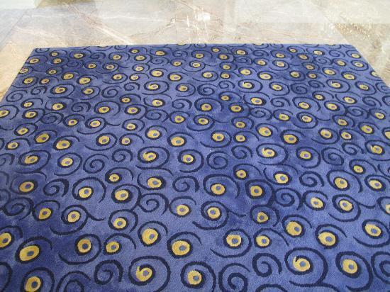 Courtyard Hong Kong: Carpet at the lobby