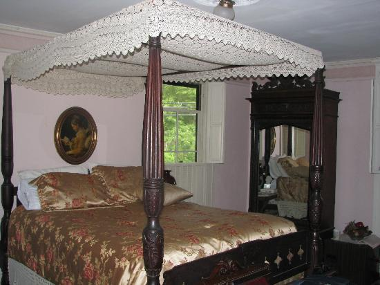 Beechwood Inn: The Canopied Bed