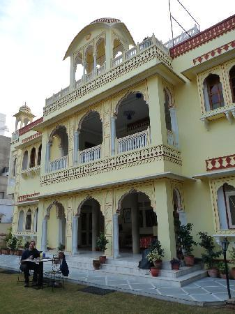 Krishna Palace: Front of the hotel