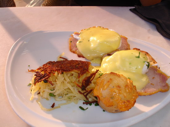 Terrace Pointe Cafe: Eggs Benedict