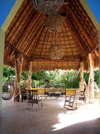 Maya Palms Resort & Dive Center: Relax in the lobby Palapa