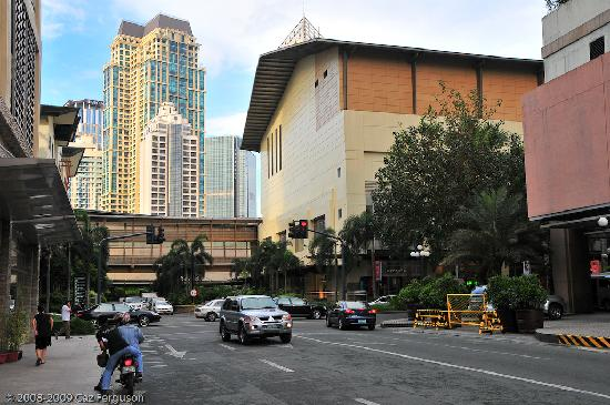 Roman Suites Hotel: The path to Greenbelt Mall right outside hotel