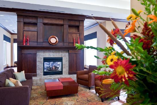 Hilton Garden Inn Greenville: Warm and inviting lobby