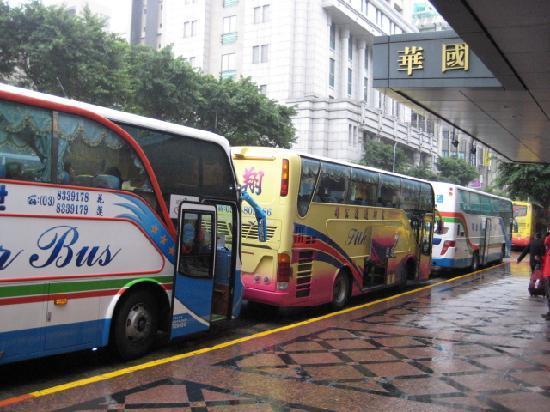 Imperial Hotel Taipei: 朝の団体出発用の大型バス群