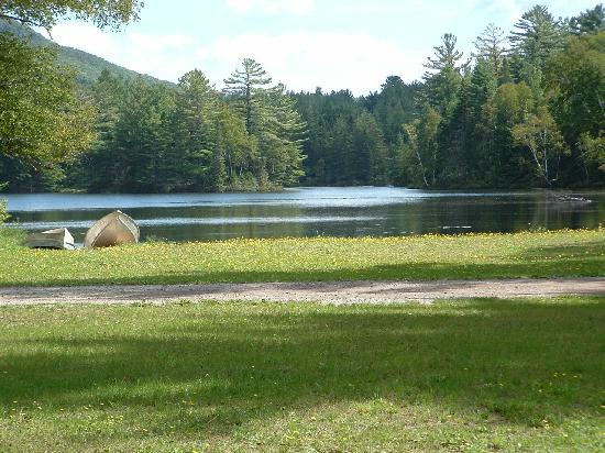 Sherwood Forest Motor Inn: Privately owned lake behind cottages