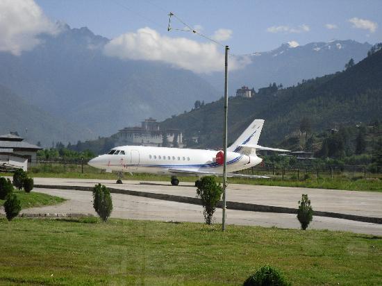 Paro Airport - パロ県、パロの...