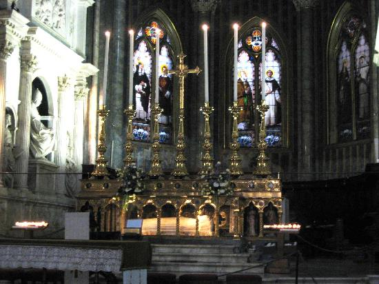 Santa Maria Sopra Minerva: main altar with statue of St Catherine under the altar