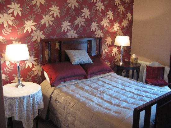 Newcastle Country Cottages: Master Bedroom (Rockmount House)