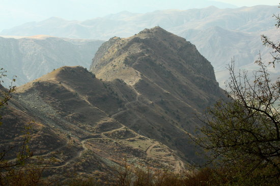 Jerewan, Armenien: Vayots Dzor marz, Smbataberd fortress sits atop of this mountain