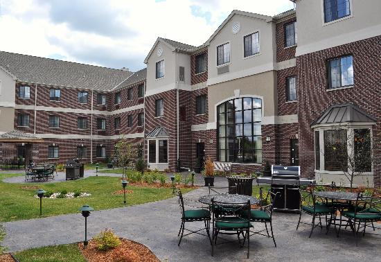 Staybridge Suites East Lansing-Okemos (MSU Area): Our Courtyard
