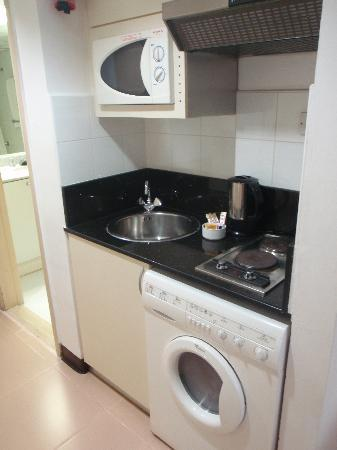 Golden Sands Hotel Apartments: Compact Kitchenette