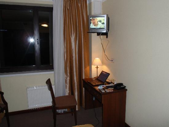 Chichikov Hotel: Studio Room Desk & TV