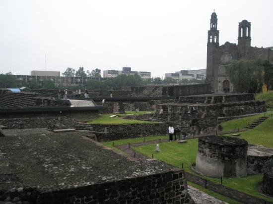 Plaza de las Tres Culturas: Las 3 culturas. Pre colombinas, conquista española y era moderna.
