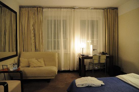 Maximilian Hotel: Deluxe room with sofa