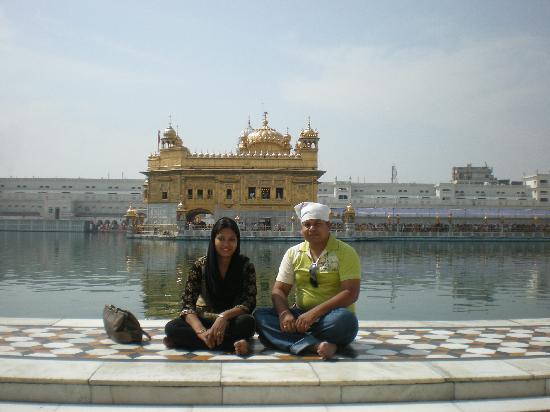 Hotel Shiraz Regency: me and my wife at the Golden temple