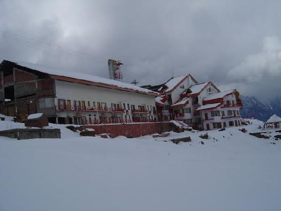 Auli, India: Cliff top resort.