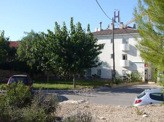 Hotel Oreneta : entrée de l'hôtel et parking