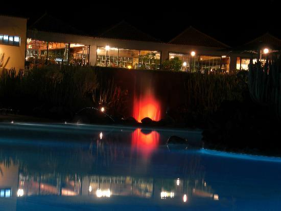 Hacienda San Jorge: Pool and restaurant at night