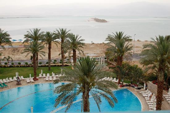 Isrotel Dead Sea Hotel & Spa: View of the lower pool and on to the Dead sea.