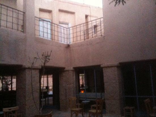 Feynan Ecolodge: courtyard