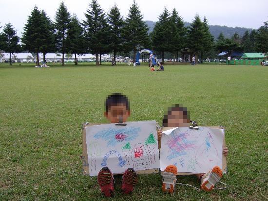 Karuizawa prince shopping plaza: レンタルのお絵かきセットで広場の絵を描いていました