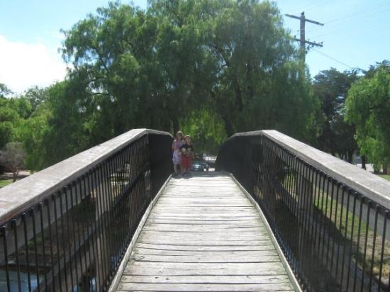 Natimuk, أستراليا: the kids, bridge at natimuk