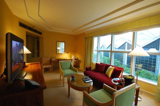 Conrad Centennial Singapore: Suite living room