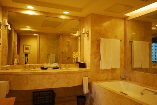 Comfortable bed picture of conrad centennial singapore for 5 star bathroom designs