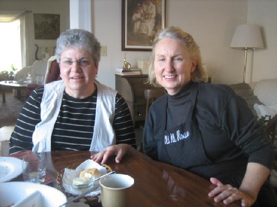 Old Mill House: The innkeeper joined us for coffee.