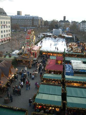 XII Apostel Albergo Hotel: View from Hotel room over market (day)