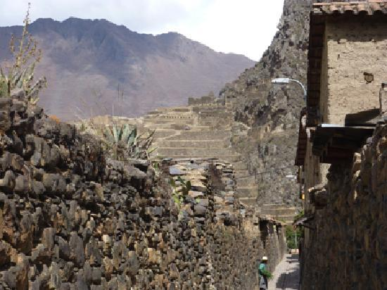 Ollantaytambo, Peru: Rue et vue sur les ruines Incas.