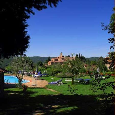 Villa Le Barone : View from the swimming pool, the abbey of San Leolino