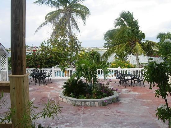 Island House Hotel: manicured gardens