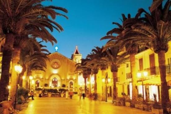 Plaza Durante en Letojanni, Messina, Sicilia. En este lugar nació mi Papá. Esta es la Iglesia.