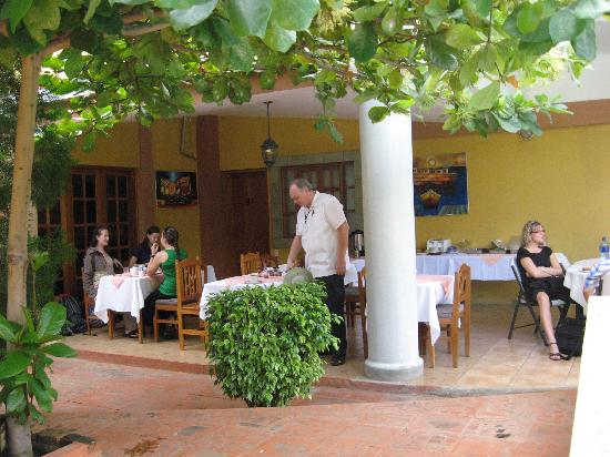 Hotel Los Pinos: Breakfast patio area