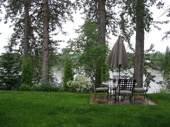 Water's Edge Bed & Breakfast: The banks of the Nechako River from the guest lounge