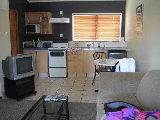 Teal Motor Lodge: Kitchen